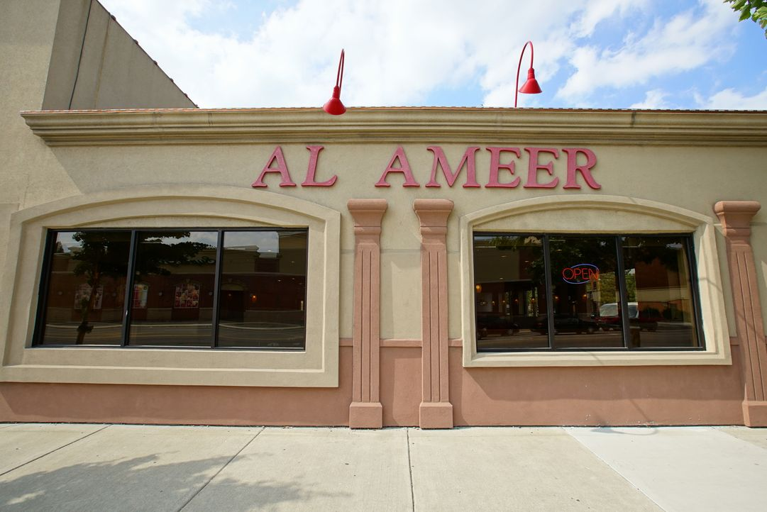 "Im ""Al-Ameer"" in Detroit testet Moderator Andrew Zimmern das nahöstliche Fleischgericht Schawarma ... - Bildquelle: 2016,The Travel Channel, L.L.C. All Rights Reserved"