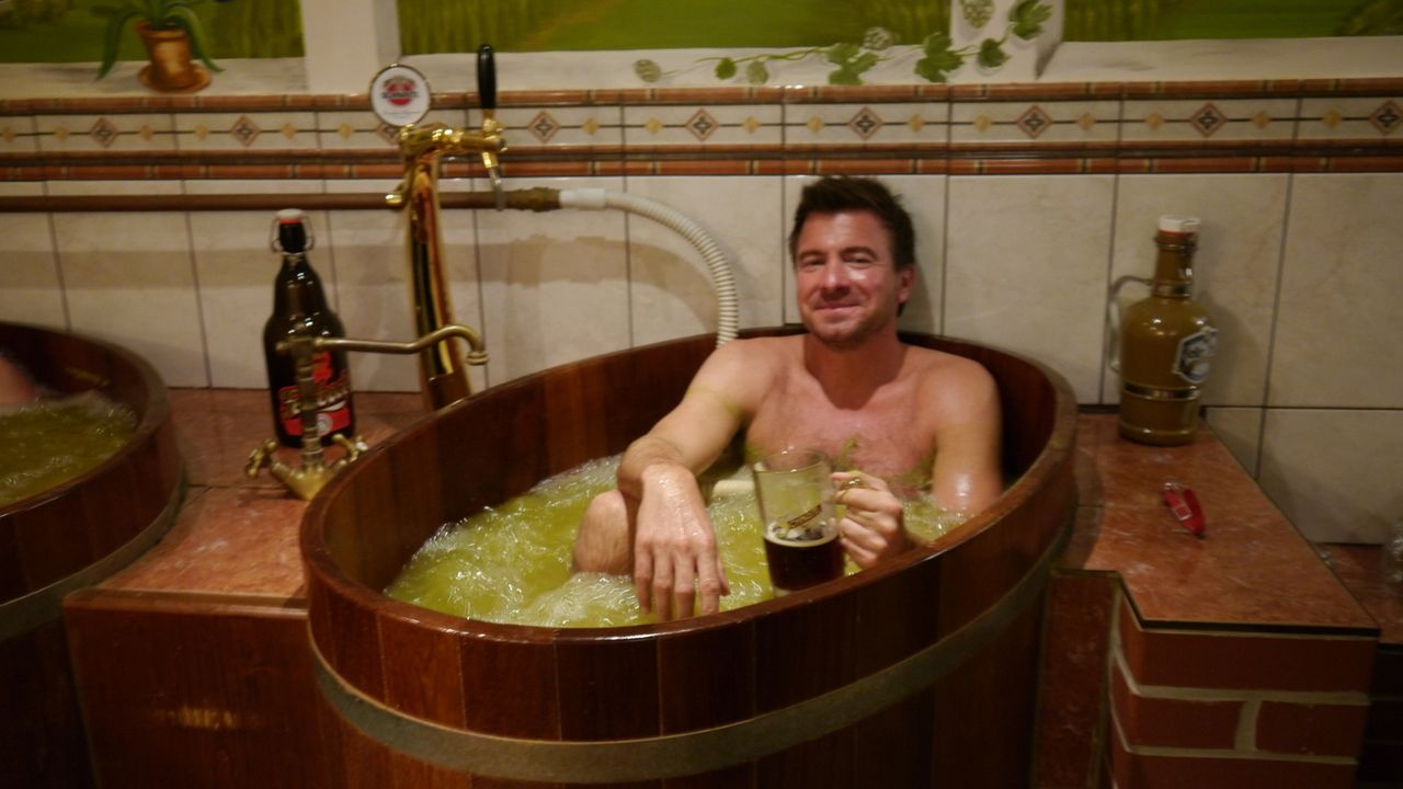Hopfen und Malz, die Haut erhalt's! In Österreich gönnt sich Jack Maxwell nicht nur ein Glas Bier, sondern badet im Bier-Spa des Moorhofes auch dari... - Bildquelle: 2014, The Travel Channel, L.L.C. All Rights Reserved.