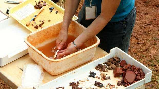 Archäologen Arbeit - Funde waschen