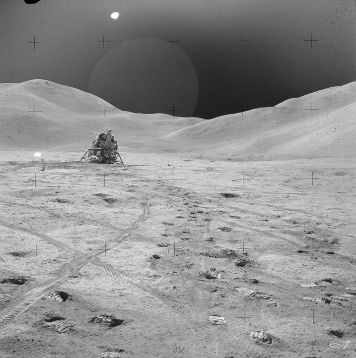 """Die Technik der 1960er-Jahre habe eine tatsächliche Mondlandung niemals ermöglicht. Vielmehr soll in der geheimen Militärbasis """"Area 51"""" ein Filmstu... - Bildquelle: NASA"""