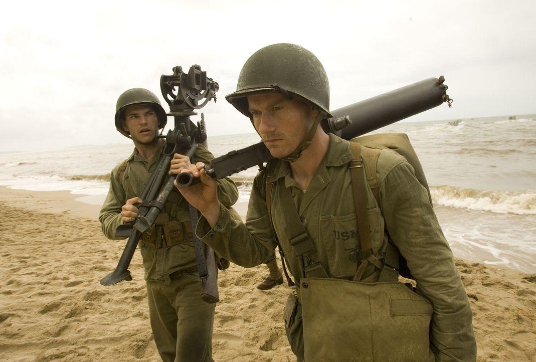 Kaum auf der Insel Guadalcanal gelandet, beginnt für die jungen Marines Robert (James Badge Dale, r.) und Chuckler (Josh Helman, l.) ein gnadenloser... - Bildquelle: Home Box Office Inc. All Rights Reserved.