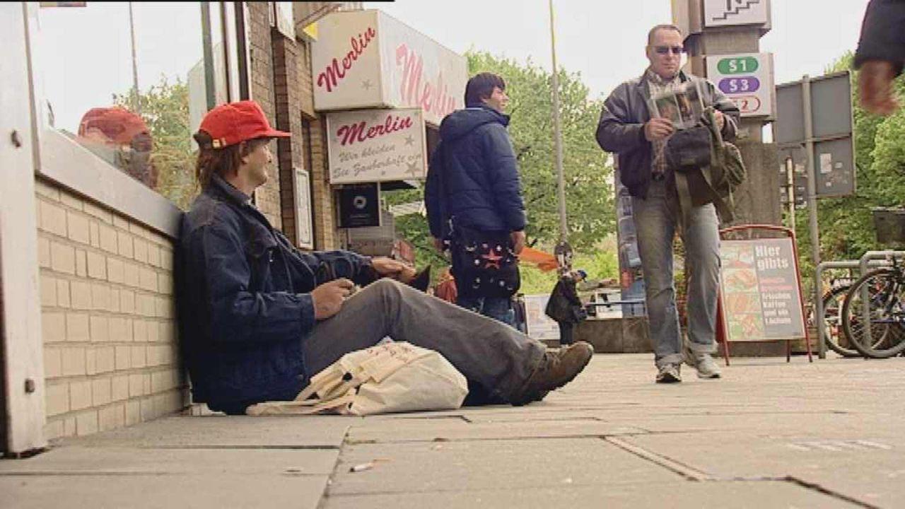 Louisa ist nachts Barfrau Lily und tagsüber Sozialarbeiterin. Dann kümmert sie sich um Menschen wie Freddy (l.), der seit Jahren auf der Straße lebt... - Bildquelle: ProSiebenSat1. TV