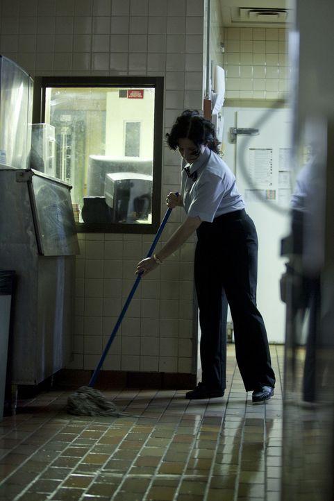 Delma Ramsey (Christina Scarciglia) wischt nichtsahned mitten in der Nacht den Boden der Fast-Food-Filiale. Doch was dann passiert erschüttert die g... - Bildquelle: Darren Goldstein Cineflix 2010
