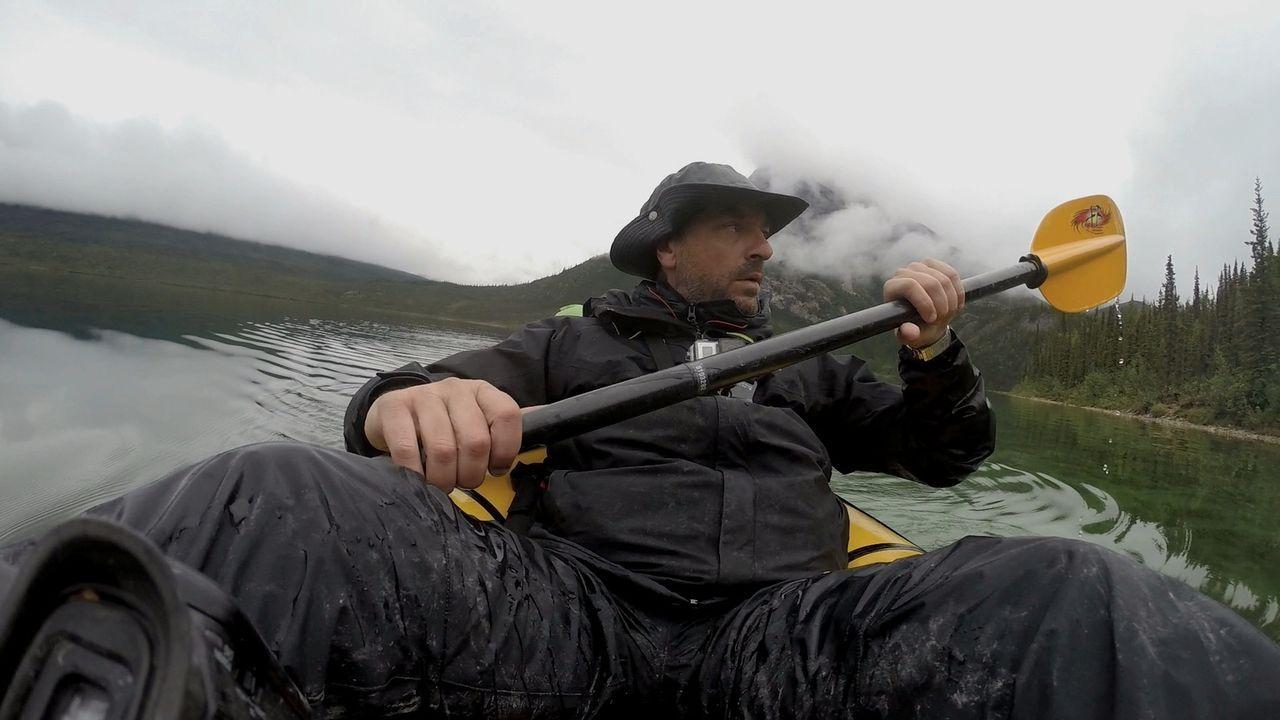 Ausgerüstet mit einem Kajak und ein paar kleinen Kameras, mit denen er sich selbst filmt, fährt Tom Waes in Alaska vom Circle Lake zum Takahula Lake... - Bildquelle: 2015 deMENSEN