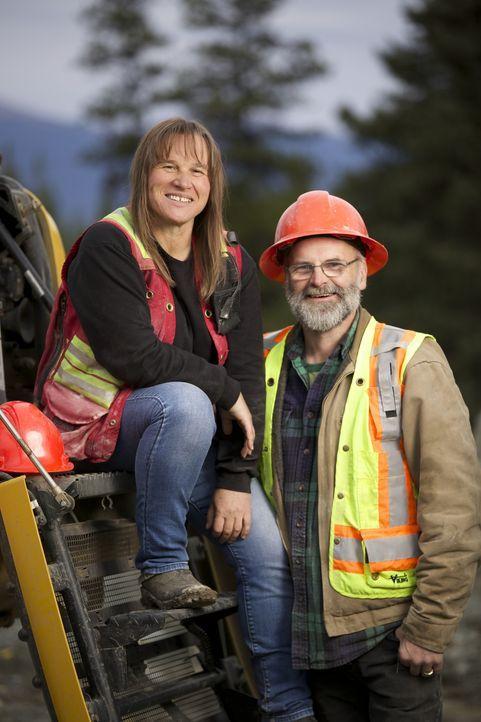 Sie sind die Chefs der Jade Mine in dem 35-Seelen-Dorf Jade City im Norden von British Columbia: Claudia (l.) und ihr Mann Robin Bunce (r.) ... - Bildquelle: Michael J.P. Hall