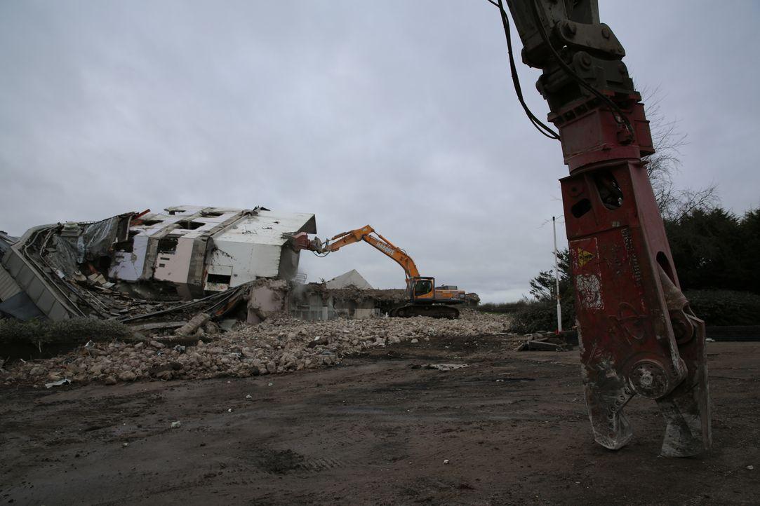 """Es war einmal ein Turm. Die Abriss- und Bergungsexperten zerlegen dieses Mal den alten  """"Ernie Tower"""" in Blackpool, England in seine Einzelteile ... - Bildquelle: Back2Back Productions Limited"""
