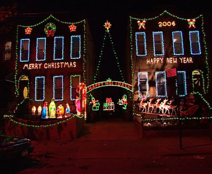 Gigantische Lichtinstallationen, haushohe Weihnachtsbäume oder fünf Meter große Nussknackerparaden - Kaufhäuser, Hotels und Wolkenkratzer überbieten... - Bildquelle: ProSiebenSat.1 TV