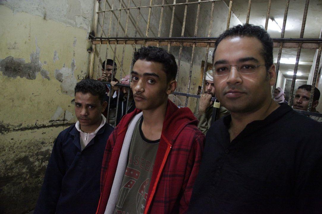 Jemen ist eines von vier Ländern weltweit, in denen die Todesstrafe auch über Jugendliche verhängt wird. Reporter Krishnan Guru-Murthy (r.) trifft e... - Bildquelle: Quicksilver Media 2012