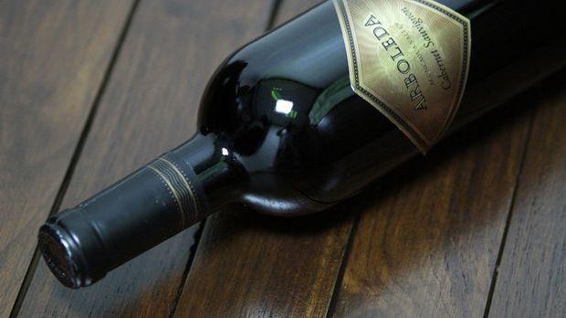 Der Ölflecktäter warf mit Altöl gefüllte Weinflaschen auf die Straße.