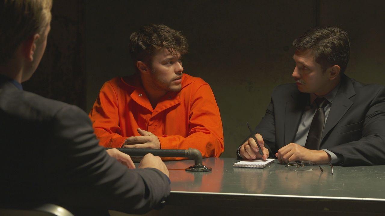Hat er David Tyll und Brian Ognjan getötet? Die Polzei befragt Kenny Duval (M.) zum Verschwinden der beiden Jäger im Jahr 1985. - Bildquelle: LMNO Cable Group