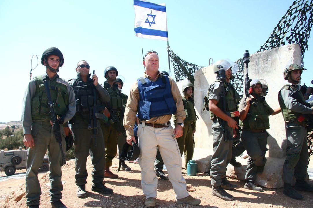 Während des zweiten Teils seiner Reise besucht Ross Kemp (M.) Israel - ein Land, das sich seit seiner Gründung nahezu andauernd im Kriegszustand bef... - Bildquelle: British Sky Broadcasting 2010