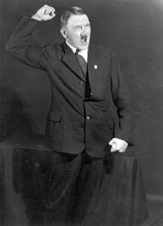 Ein stechender Blick, theatralische Posen: Bilder aus dem Jahr 1925 zeigen, wie Adolf Hitler schon sehr früh seine Auftritte probte. - Bildquelle: Heinrich Hoffmann