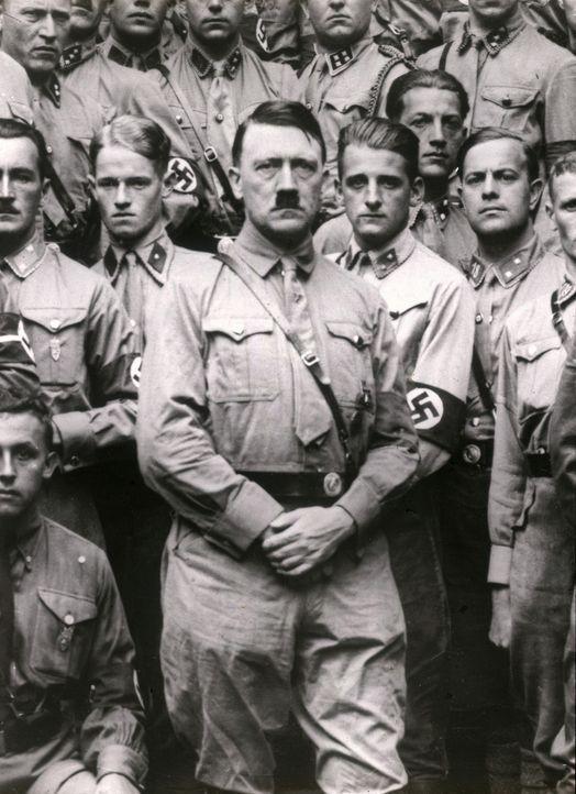 Adolf Hitler (M.) inmitten seiner SA ... - Bildquelle: Imagno Imagno/Thomas Sessler Verlag