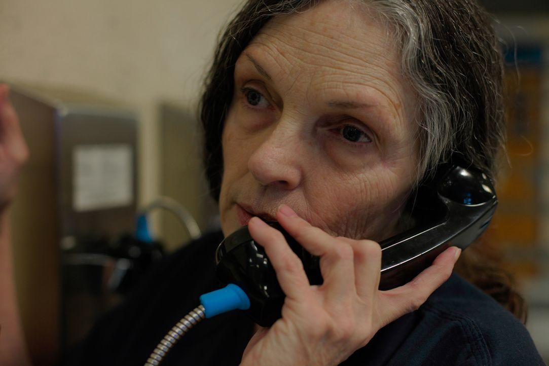 In einer mehr oder weniger abgegrenzten Zelle, kann Rosemary Vandecar mit ihrer Familie telefonieren während sie auf ihre Anhörung vor Gericht warte... - Bildquelle: James Peterson Part2 Pictures