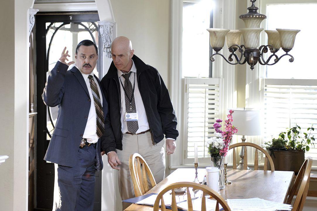Ermittler Mike Denson (Randy Murton, l.) und Kriminologe Dr. Schmunk (Gord McGiverin, r.) glauben, dass der Schlüssel zum Mord an der 53-jährigen Kr... - Bildquelle: Jag Gundu Cineflix 2012