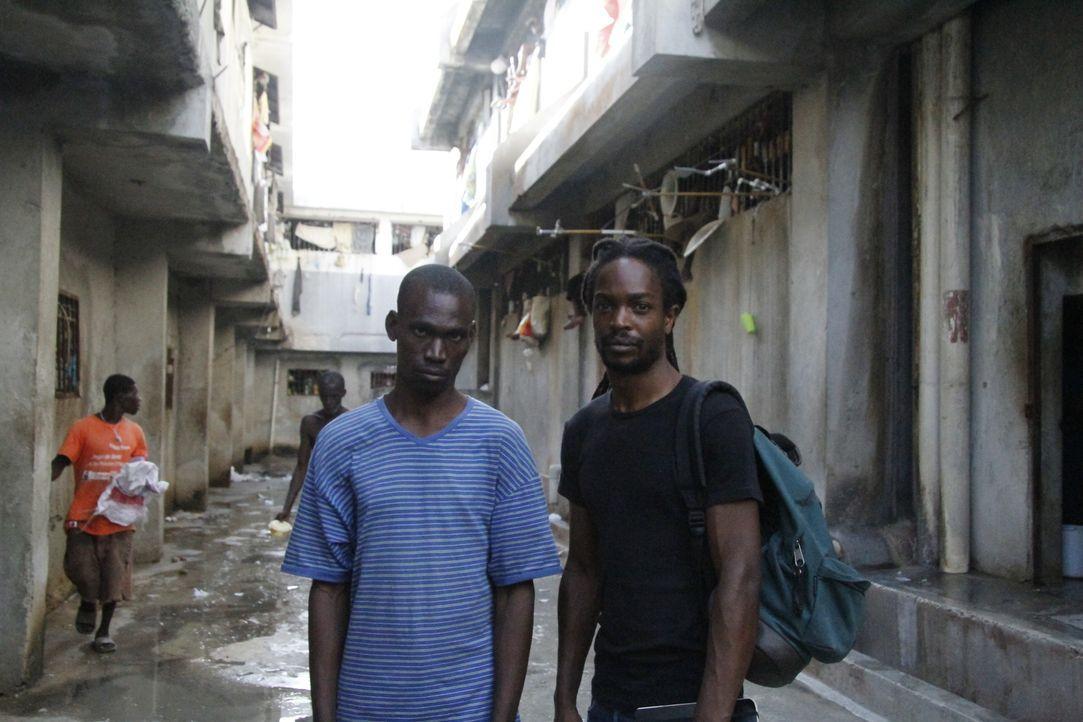 """""""Es ist die Hölle hinter Gittern"""" - Insasse Paul Panel (l.) berichtet Reporter Seyi Rhodes (r.) von den schrecklichen und unmenschlichen Zuständen i... - Bildquelle: Quicksilver Media MMXVI"""