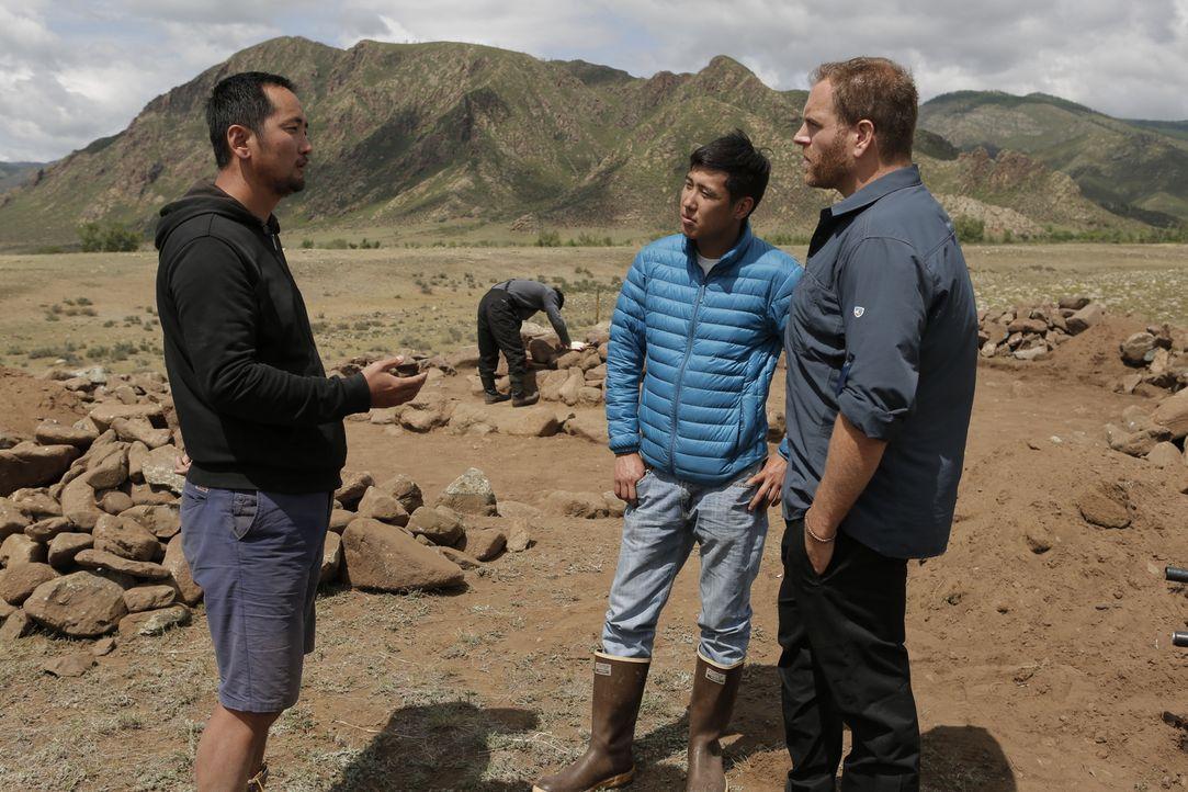 Irgendwo in der Mongolei soll der berühmte Dschingis Khan begraben sein. Josh Gates (r.) will herausfinden, wo und erhofft sich mit seinem Übersetze... - Bildquelle: 2015,The Travel Channel, L.L.C. All Rights Reserved