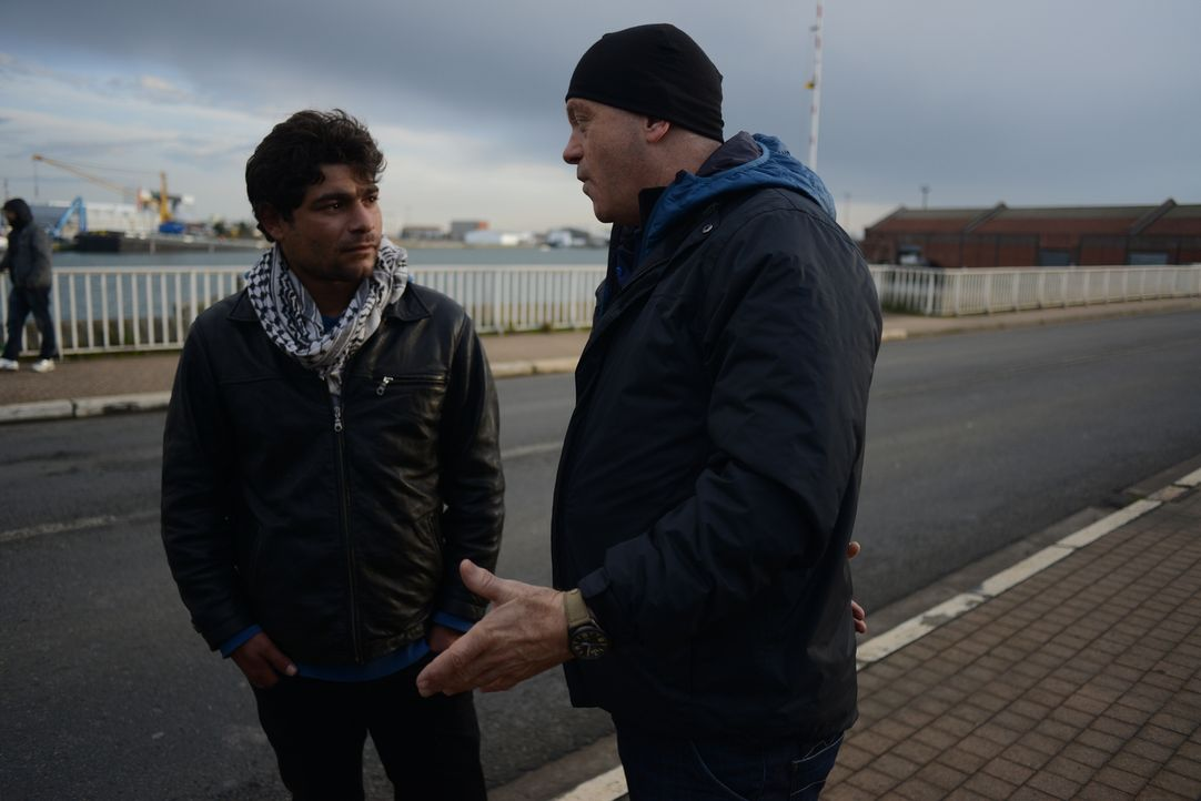 In Calais spricht Ross Kemp (r.) mit Migranten, die aus ihrer Heimat geflohen sind und nun hoffen, in Großbritannien ein neues, sicheres Leben führe... - Bildquelle: Freshwater Films Ltd 2015