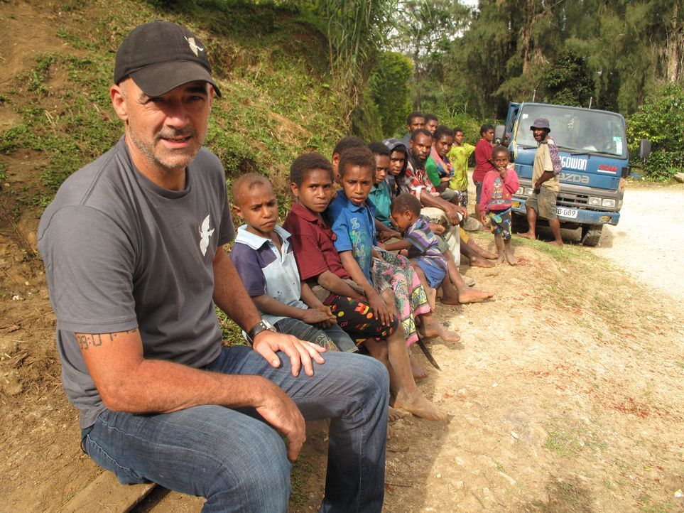 Todd Carmichael (l.) ist auf den berühmt-berüchtigten Straßen in Papua Neuguinea unterwegs - auf der Suche nach einzigartigen Kaffeesorten ... - Bildquelle: 2012, The Travel Channel, L.L.C. All rights Reserved.