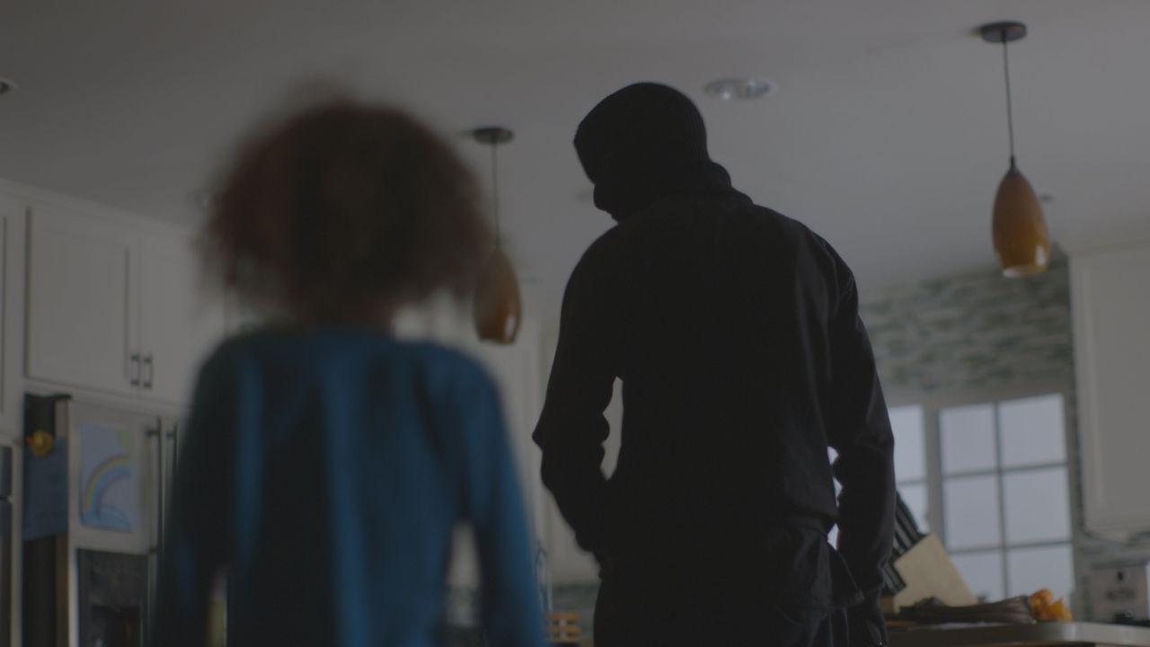 Die einzige Zeugin: Die fünfjährige Abby hat beobachtet, wie ein vermummter Mann ihre Mutter Darlene Saddler tötet. - Bildquelle: LMNO Cable Group