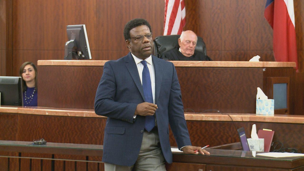 Der Anwalt des Angeklagten Tyrone Moncriffe (Bild) plädiert auf Notwehr seines Mandanten, doch kam es zwischen Opfer und Mörder wirklich zu einem Ka... - Bildquelle: 2013 A&E Television Networks, LLC. All Rights Reserved