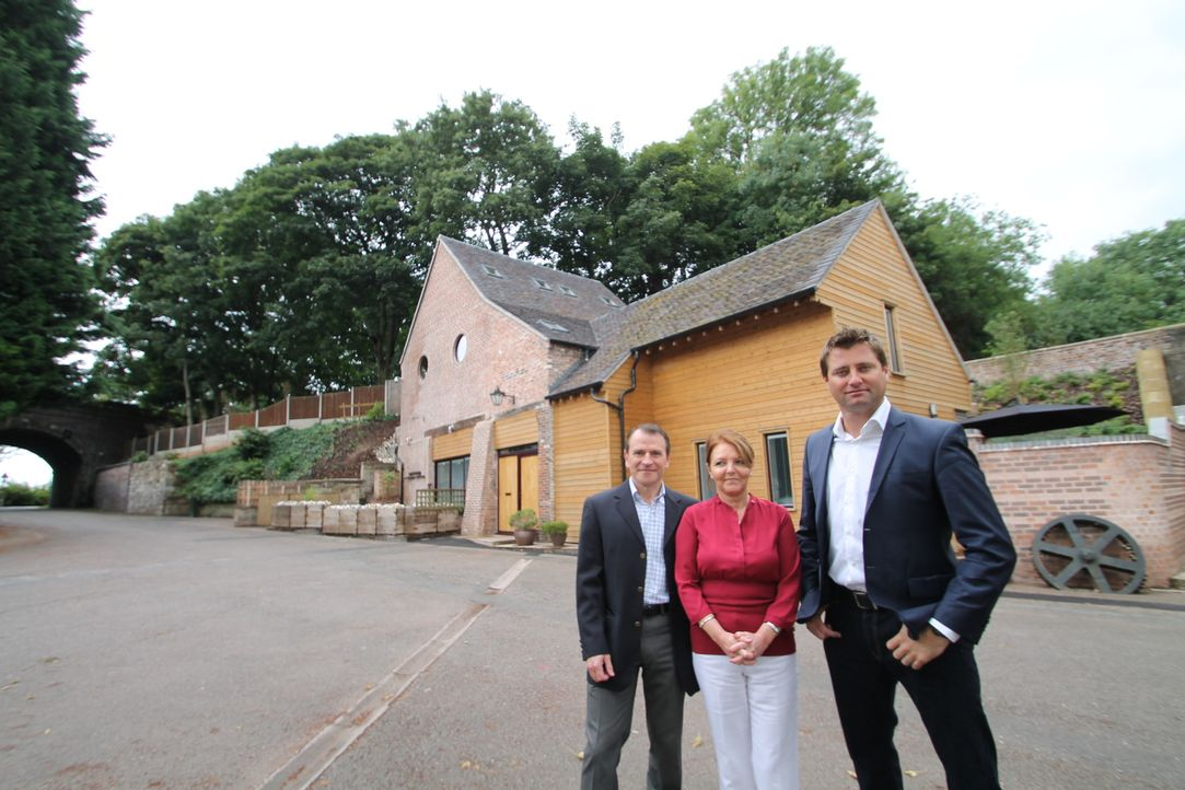 Architekt George Clarke (r.) unterstützt die beiden Restaurations-Profis Alan (l.) und Dora Appleby (M.) dabei, eine alte Flintsteinmühle kostengüns... - Bildquelle: 2014 Cable News Network, Inc. A TimeWarner Company All rights reserved