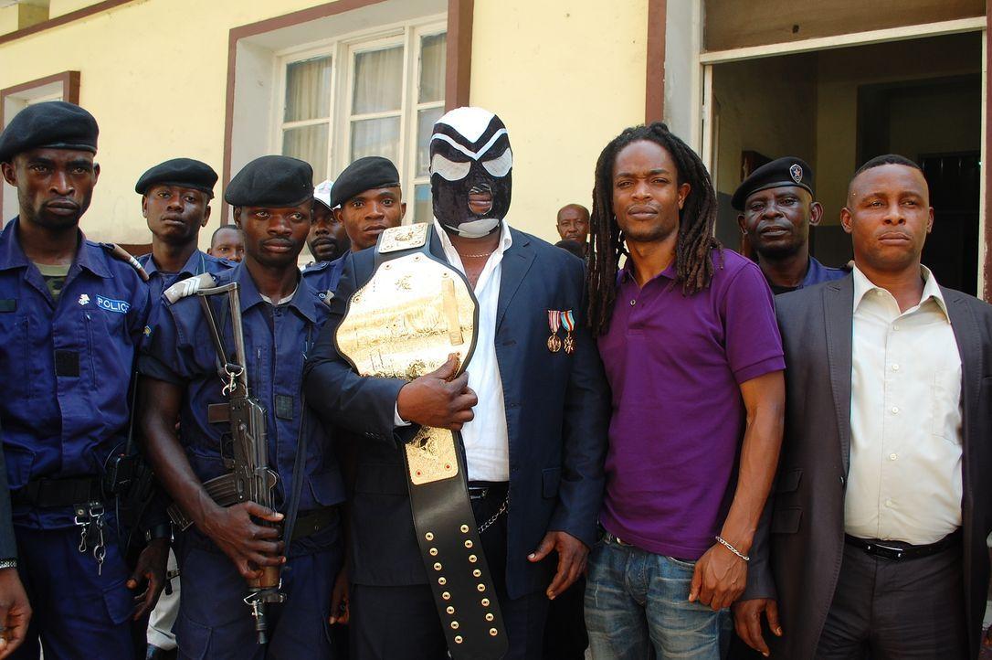 In der demokratische Republik Kongo taucht Seyi Rhodes (3.v.r.) in die außergewöhnliche Welt des professionellen Wrestlings ein. Ein ganz besonderes... - Bildquelle: Quicksilver Media 2012