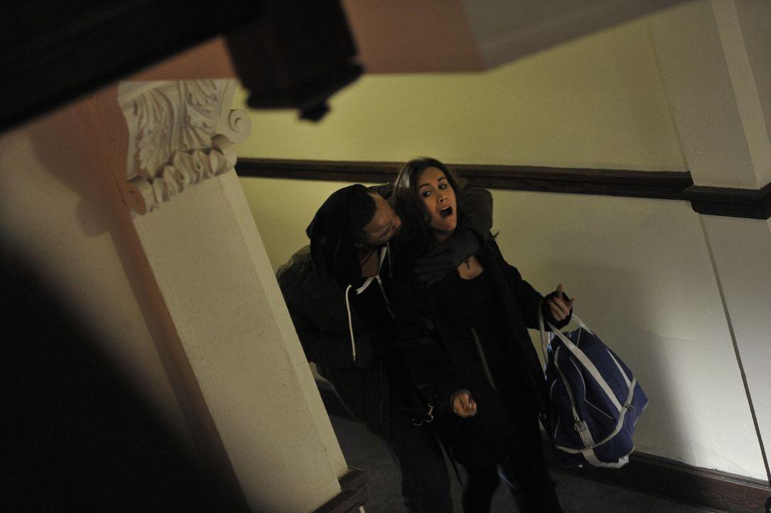 Mord an Halloween: Am 31.Oktober 1994 wird die 29-jährige Renée Rondeau (r.) in ihrer Wohnung brutal ermordet. Die Ermittlungen laufen schnell ins L... - Bildquelle: Jag Gundu Cineflix 2012