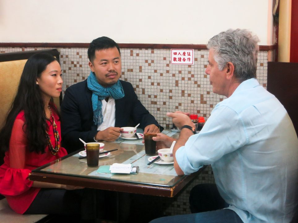 Ein neues kulinarisches Abenteuer wartet in Shanghai auf Anthony Bourdain (r.) ... - Bildquelle: 2014 Cable News Network, Inc. A TimeWarner Company All rights reserved