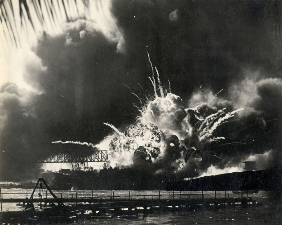 Am Morgen des 7. Dezember 1941 greifen japanische Luftstreitkräfte die amerikanische Pazifikflotte vor Pearl Harbor an. Der Überfall trifft die USA... - Bildquelle: 2011 A&E TELEVISION NETWORKS.