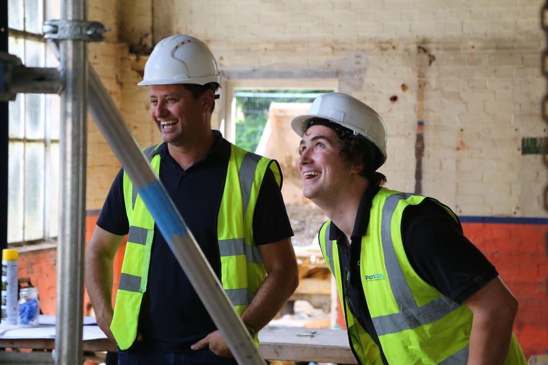 Archjtekt George Clarke (l.) hilft dem jungen Paar Steven (r.) und Marina ein altes Pumpwerk in ein gemütliches 4-Zimmer-Wohnhaus zu wandeln. - Bildquelle: Tiger Aspect Productions Ltd MMXIV