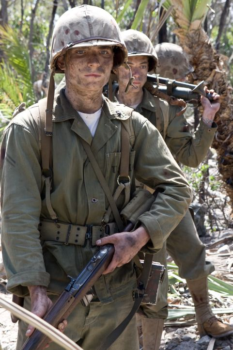 Kaum ein wenig Ruhe gefunden, da geht es auch schon in die nächste Kriegshölle - nach Peleliu: Snafu (Rami Malek, l.) ... - Bildquelle: Home Box Office Inc. All Rights Reserved.