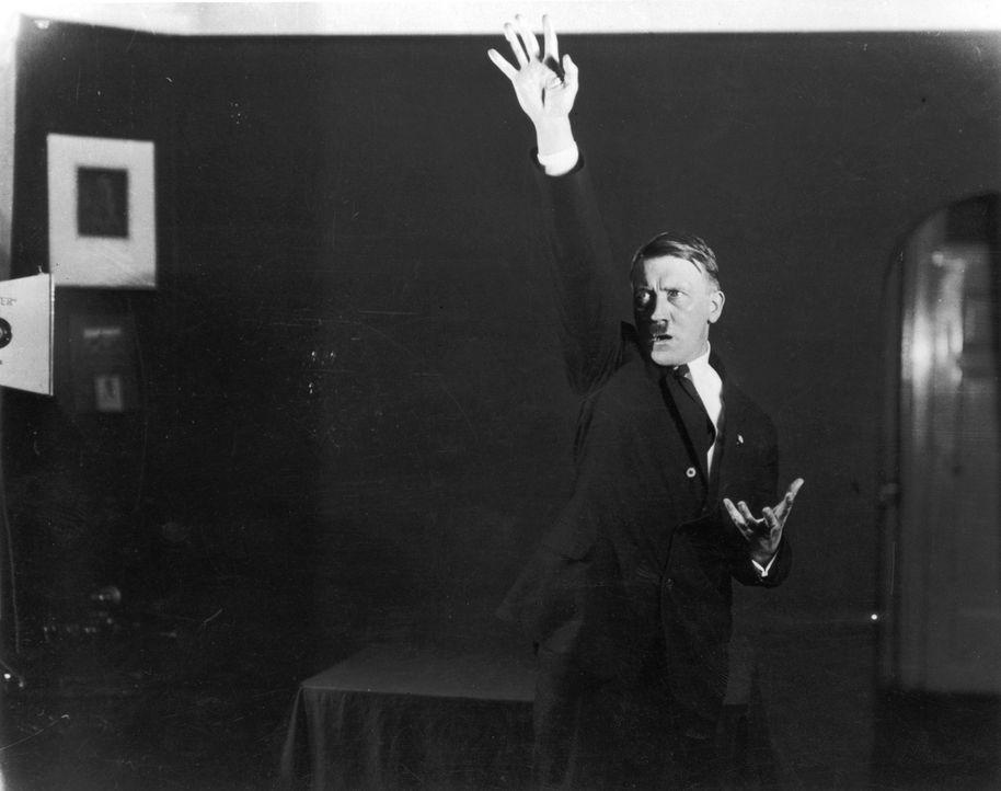 Ein stechender Blick, theatralische Posen: Bilder aus dem Jahr 1925 zeigen, wie Adolf Hitler schon sehr früh seine Auftritte probte. - Bildquelle: Heinrich Hoffmann Heinrich Hoffmann/Getty Images