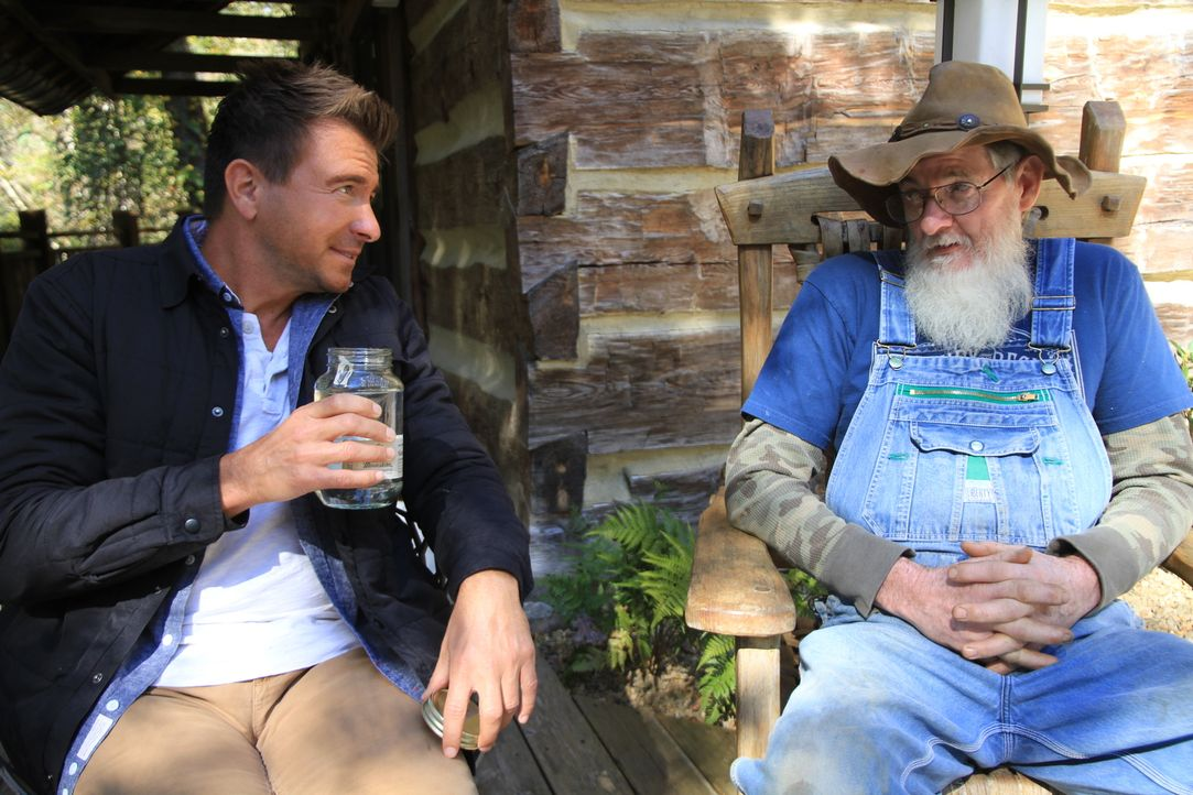 "Jack Maxwell (l.) hört gut zu, als der alte Gomer aus Tennessee (r.) mit ihm seine Whisky-Weisheit teilt: ""Wenn es gut ist, schluck' es, wenn es nic... - Bildquelle: 2014, The Travel Channel, L.L.C. All Rights Reserved."