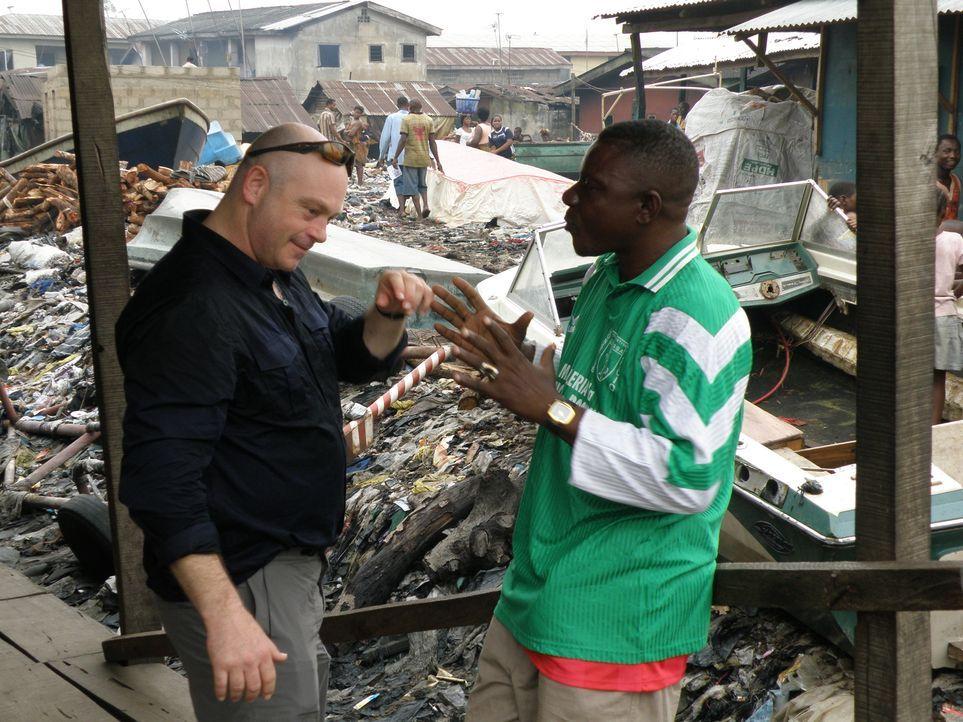 In Lagos merkt Ross Kemp schnell, dass das Piraten-Problem inmitten von Chaos, Korruption und Anarchie noch dringlicher ist als angenommen ... - Bildquelle: Tiger Aspect Productions 2009
