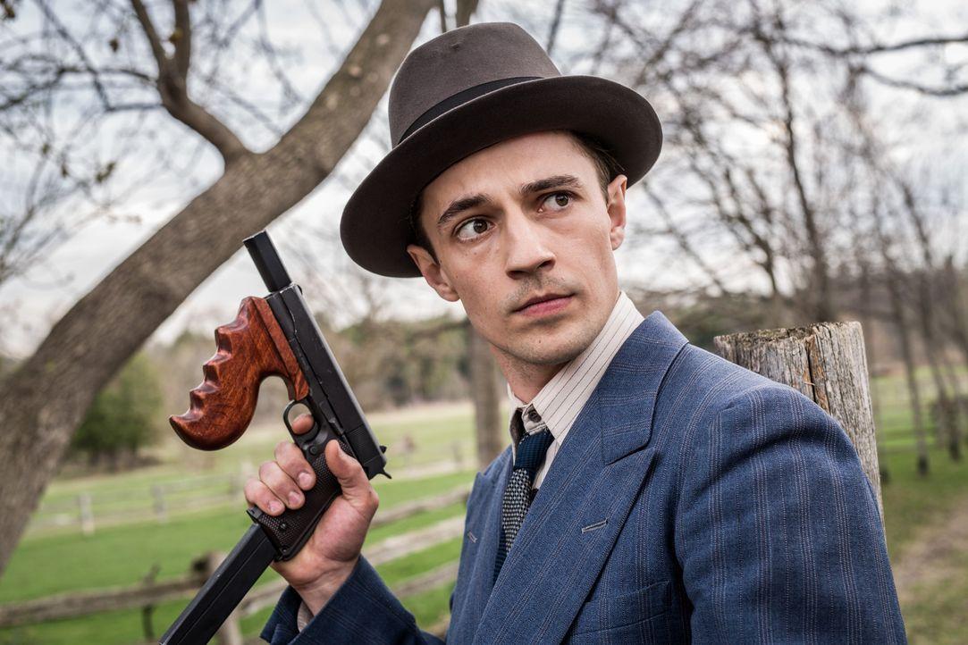 Der Gangster Baby Face Nelson (Mathieu Burdan) macht es den Agenten nicht einfach ... - Bildquelle: Darren Goldstein Cineflix 2015