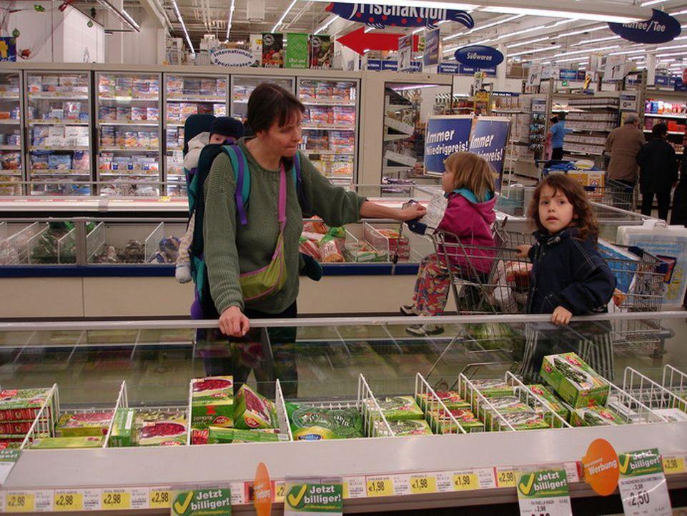 Einkaufen für die neunköpfige Großfamilie - eine logistische Herausforderung für Mama Ute (l.) ... - Bildquelle: ProSiebenSat.1 TV
