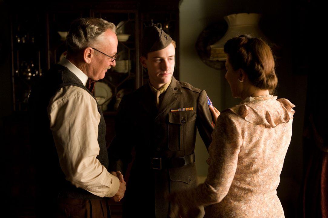 Dr. Edward Sledge (Conor O'Farrell, l.) und seine Frau Mary (Linda Cropper, r.) müssen schon bald erkennen, dass ihr Sohn Eugene (Joe Mazzello, M.)... - Bildquelle: Home Box Office Inc. All Rights Reserved.