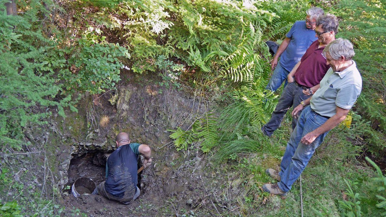 """Das Team um die Schatzsucher  von Oak Island erforschen den mysteriösen """"Hatch"""", einen geheimen Zugang zu einem unterirdischen Tunnel auf Insel. - Bildquelle: 2016 A&E Television Networks, LLC. All Rights Reserved."""