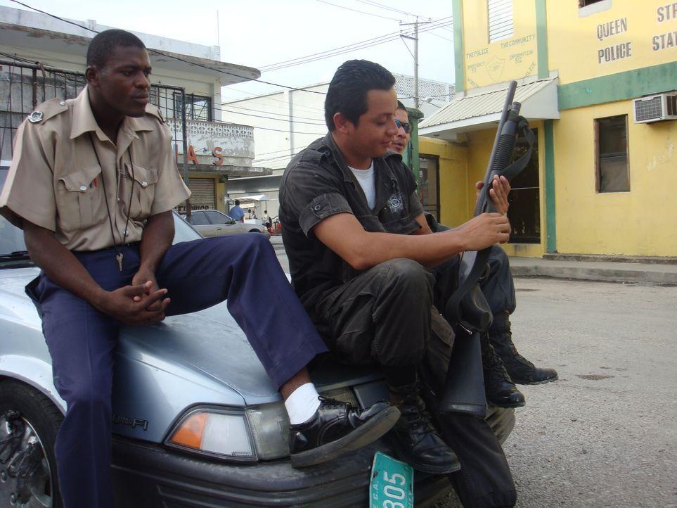 In der Südseite von Belize City wird Ross Camp Zeuge, wie die Polizei versucht, Herr über die drastischen Probleme in ihrer Stadt zu werden ... - Bildquelle: IMG Entertainment 2008