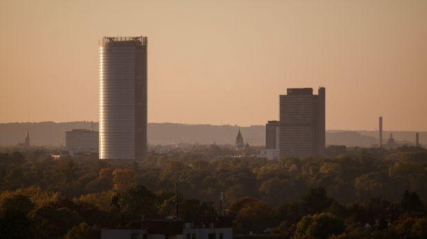 Bonns Skyline mit dem Post Tower und dem ehemaligen Regierungsgebäude Langer...