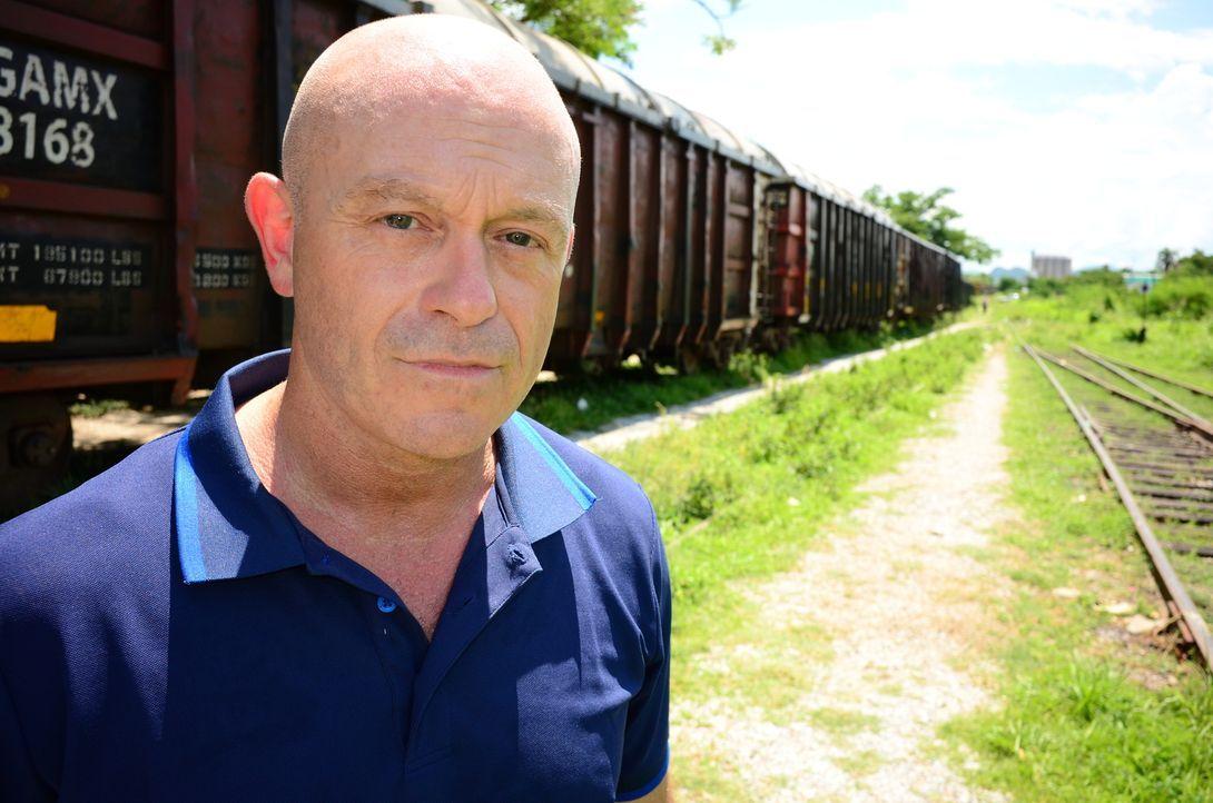 """""""The Beast"""" oder auch """"The Train of Death"""" nennen die Migranten den Güterzug, der sie aus Honduras in die USA bringen soll. Ross Kemp begleitet eine... - Bildquelle: Freshwater Films Ltd 2015"""