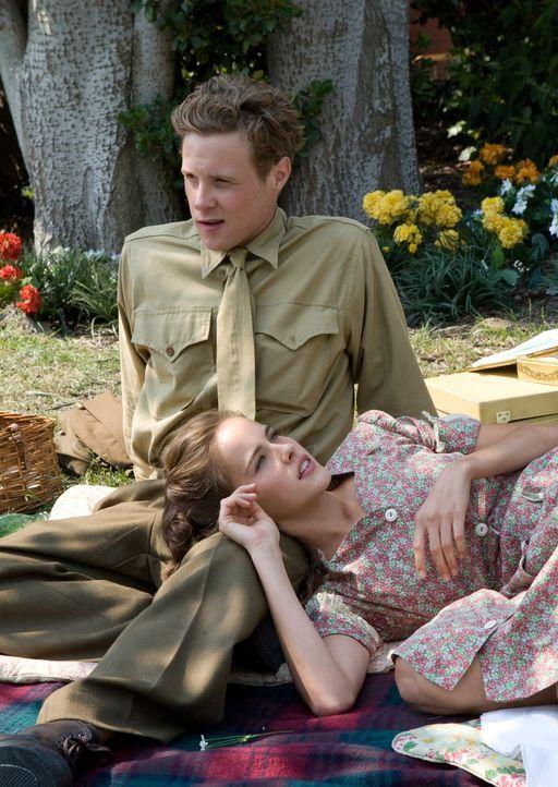 In Melbourne lernt Sid Phillips (Ashton Holmes, hinten) die liebenswerte Gwen (Isabel Lucas, vorne) und deren Familie kennen. Und wird sogleich von... - Bildquelle: Home Box Office Inc. All Rights Reserved.