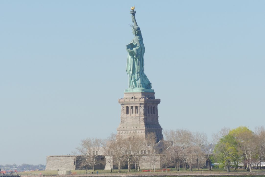 Seit 1886 begrüßt die Freiheitsstaue Einwanderer, Touristen und New Yorker. Viele Besucher wollen einen Blick aus der Krone wagen, doch nur der Hüte... - Bildquelle: Indigo Films/ DCL