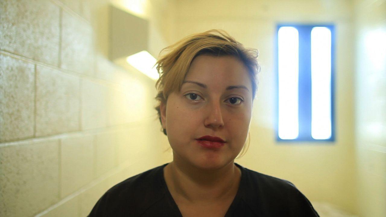 Priscilla Velasquez wartet in einer Zelle des Clark County Detention Centers auf ihre Anhörung ... - Bildquelle: James Peterson Part2 Pictures