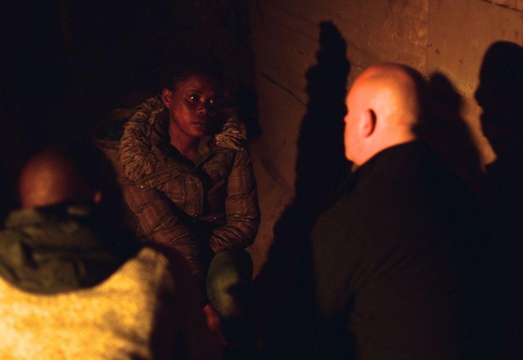 Die Rate der Vergewaltigungen ist in Südafrika erschreckend: Alle 17 Sekunden wird eine Frau vergewaltigt. In Johannesburg trifft sich Ross Kemp (r.... - Bildquelle: Freshwater Films Ltd 2015