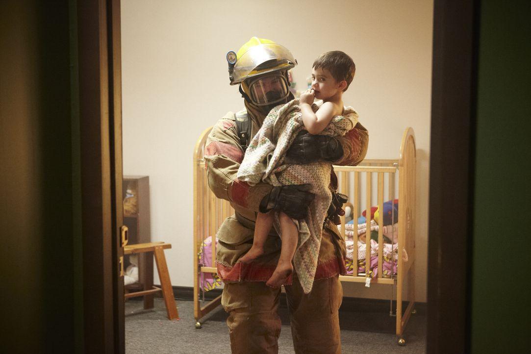 Der einzige Zeuge: Feuerwehrmann Sergio (Drake Nadeau, l.) findet in der Wohnung der ermordeten Amy Roman ihren kleinen Sohn - unversehrt. Ist der V... - Bildquelle: Ian Watson Cineflix 2013