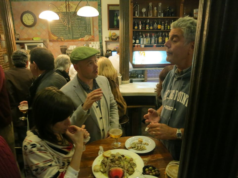Anthony Bourdain (r.) verschlägt es während der Semana Santa - der heiligen Woche vor Ostern - nach Andalusien in Spanien. Dort besucht er seinen la... - Bildquelle: 2013 Cable News Network, Inc. A TimeWarner Company. All rights reserved.