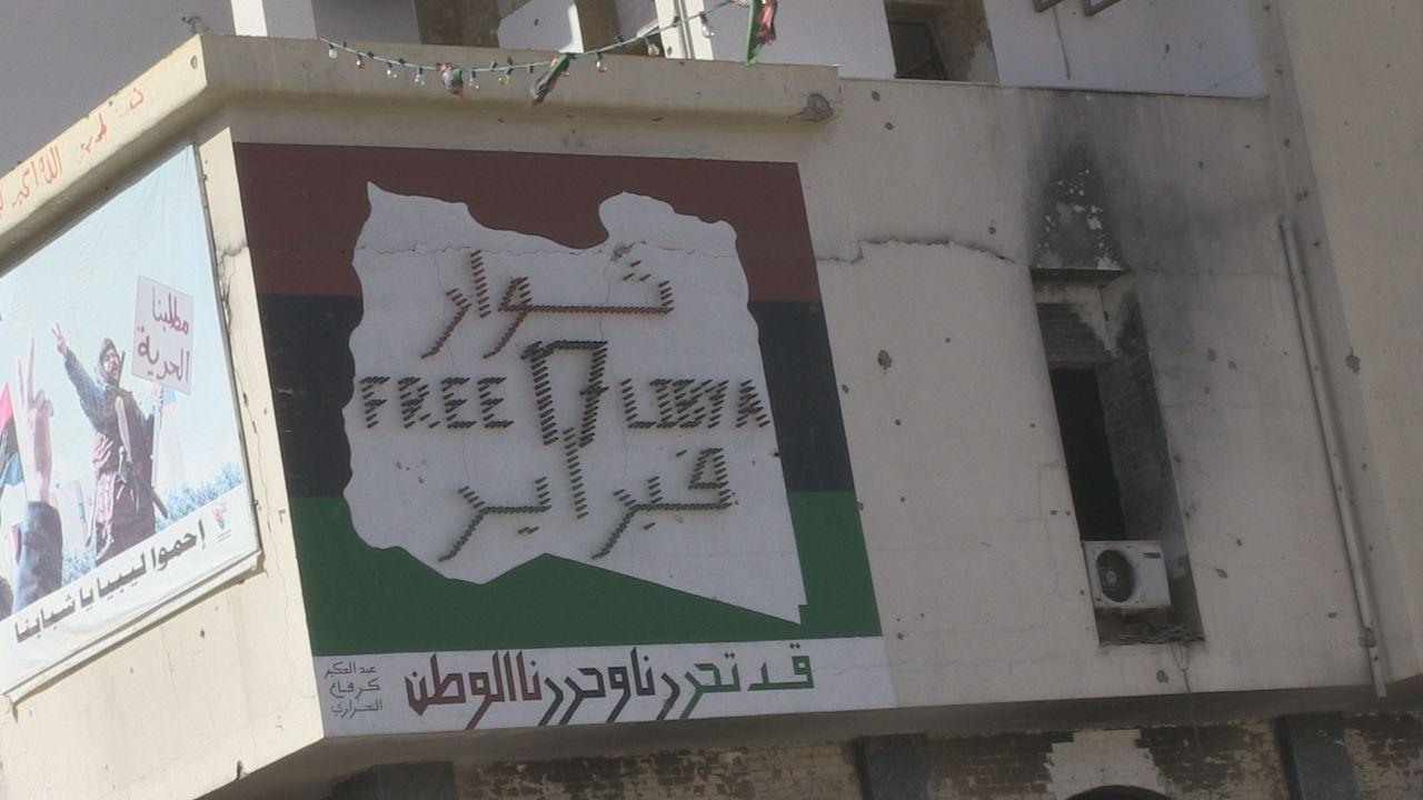 Mehr als 42 Jahre herrschte Muammar Gaddafi mit eiserner Faust über Libyen. 2011 fand er sich jedoch plötzlich vollkommen isoliert wieder, als eine... - Bildquelle: Phil Coates Eyeline Entertainment