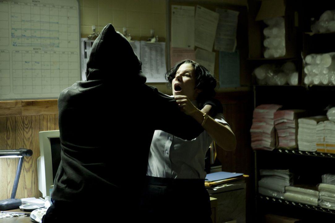 Ein Kampf um Leben und Tod: Delma Ramsey (Christina Scarciglia, r.) wird in der Fast-Food-Filiale von dem Täter heimtückisch attackiert und zu Tode... - Bildquelle: Darren Goldstein Cineflix 2010